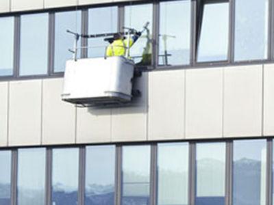 Laveur de vitres sur nacelles